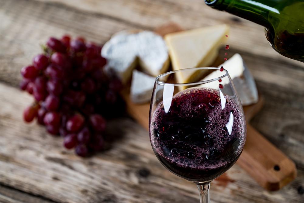vinhos e queijo gouda