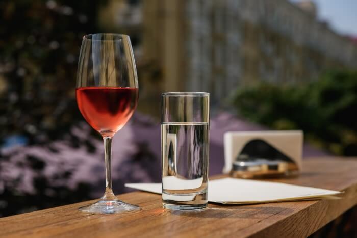 Taça de vinho e copo d'água