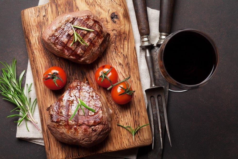 Tábua de carnes e vinho