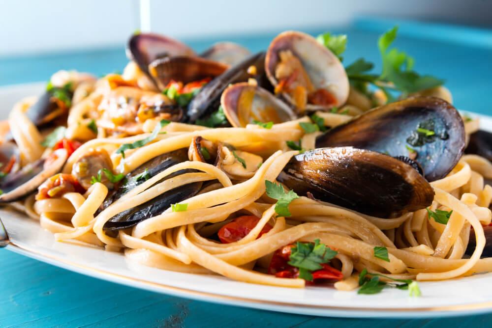 macarrão de verão Tagliatelle com frutos do mar