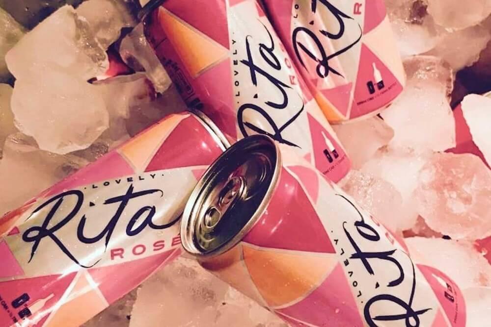 Vinho Em Lata Rosé Rita Lovely Mergulhado Em Gelo
