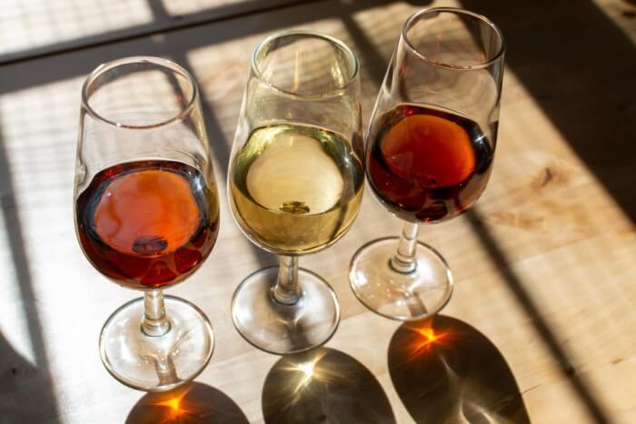 Três taças com vinho Jerez