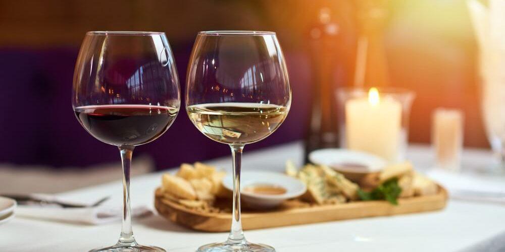 Duas Taças De Vinho Branco E Tinto