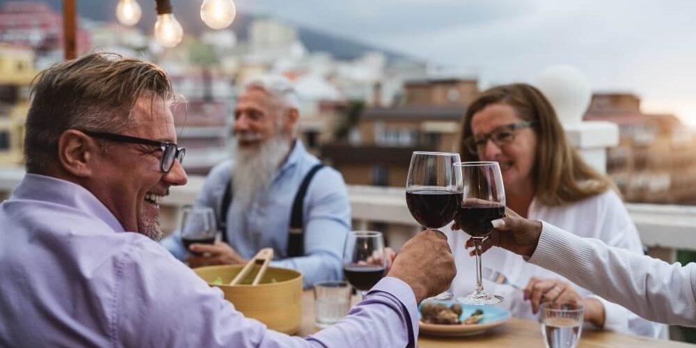 Pessoas Brindando Com Vinho