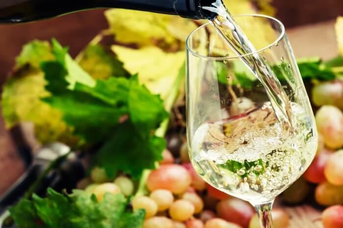 Vinho riesling sendo servido